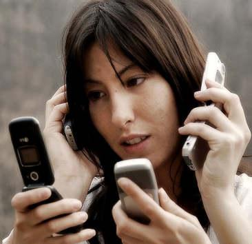 Retrato de su servidor manejando multiples cuentas de redes sociales, si fuese una mujer de origen asiática.