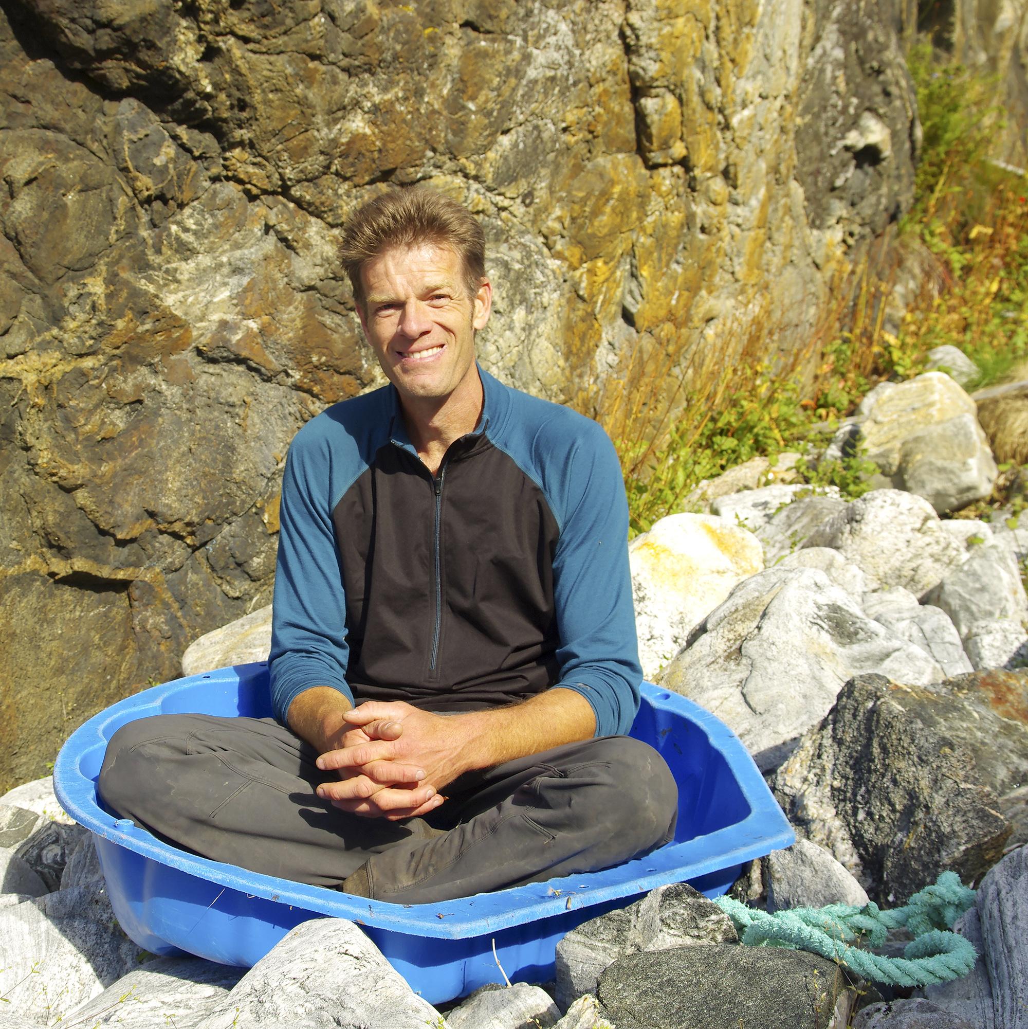 Artikkelforfatteren i nærkontakt med strandsøppel.