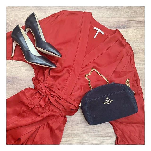 La fluidité d'une robe satinée est idéale pour une soirée tout en élégance. #lamallefrancaise #soyezvousmeme #boxmode #styliste #ootd #ScotchandSoda #PetiteMendigote #Anaki