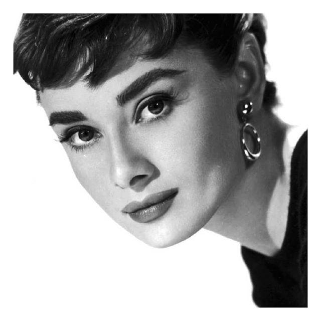 Audrey Hepburn est notre #girlpower du jour ! 🍍❤ Une véritable icône inspirante : « La beauté d'une femme se voit dans ses yeux, parce que c'est la porte de son cœur, le lieu où réside l'amour. »  #lamallefrancaise #soyezvousmeme #womanoftheday #audreyhepburn #actrice #icone