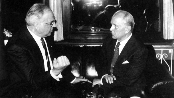 The key lawyer in the GDR political prisoner ransom trading: Wolfgang Vogel meeting with chancellor Helmut Kohl.