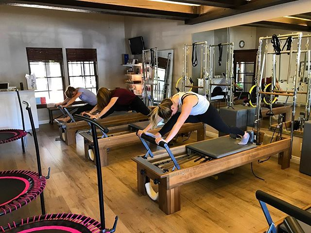 Happy Friday🤗💕We love to incorporate yummy lunges in our workouts to stretch our hamstrings and warm up those leg muscles💗😎 • • • #pilatesreformer #pilatesstudio #lovepilates #pilatesonpurpose #pilates #costamesa