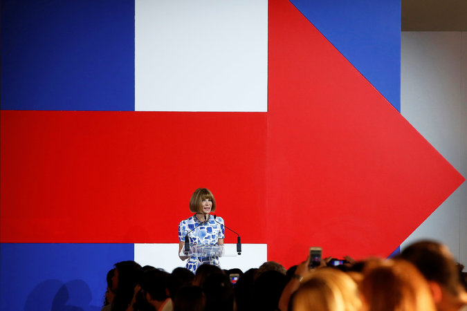 Anna Wintour speaking at the Hillary Clinton campaign fundraiser event ( source )