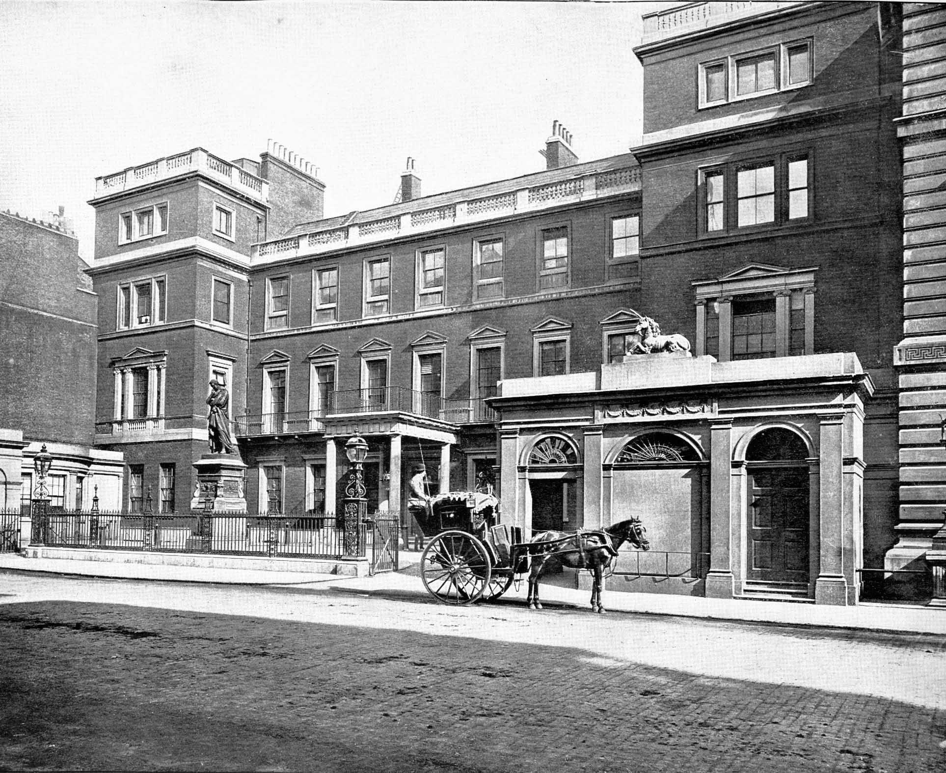 War Office, Pall Mall  circa 1900. Used under  Creative Commons by SA 2.0 .