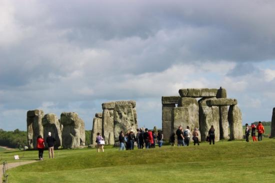 walk around stonehenge