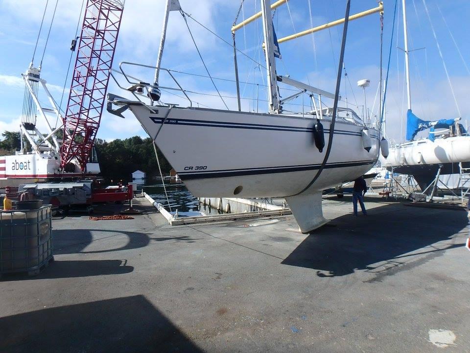 STOR LØFTEKAPASITET - Vi har en stor krane som tar båter opp til 20 tonn. Dette gjør at vi kan trygt få båten opp på land og få gjort service eller reparasjon og vedlikehold.