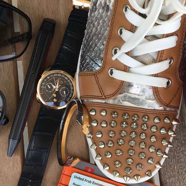 Our EB-1018 surrounded by cool essentials of @arabwatchguide