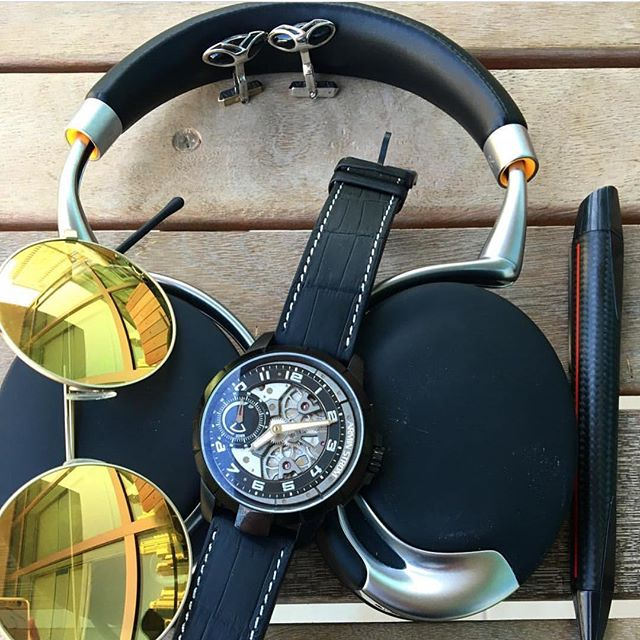 A Great Shot from @arabwatchguide with all his essentials and our Sloop in Carbon Fiber! #Edelberg