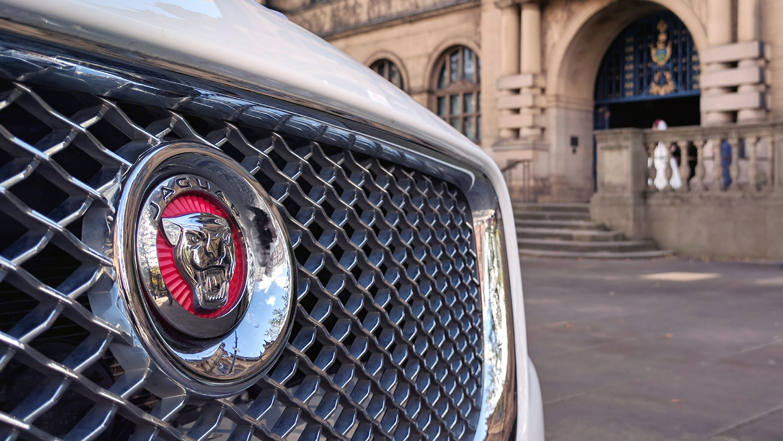 jaguar-xj-silver-grill-red-badge.jpg