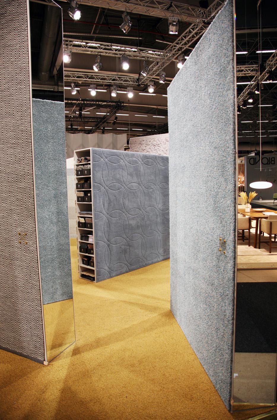 Älskar den här blå/grön/grå tonen på mattor. Snyggaste mattmontern visade  Kasthall.