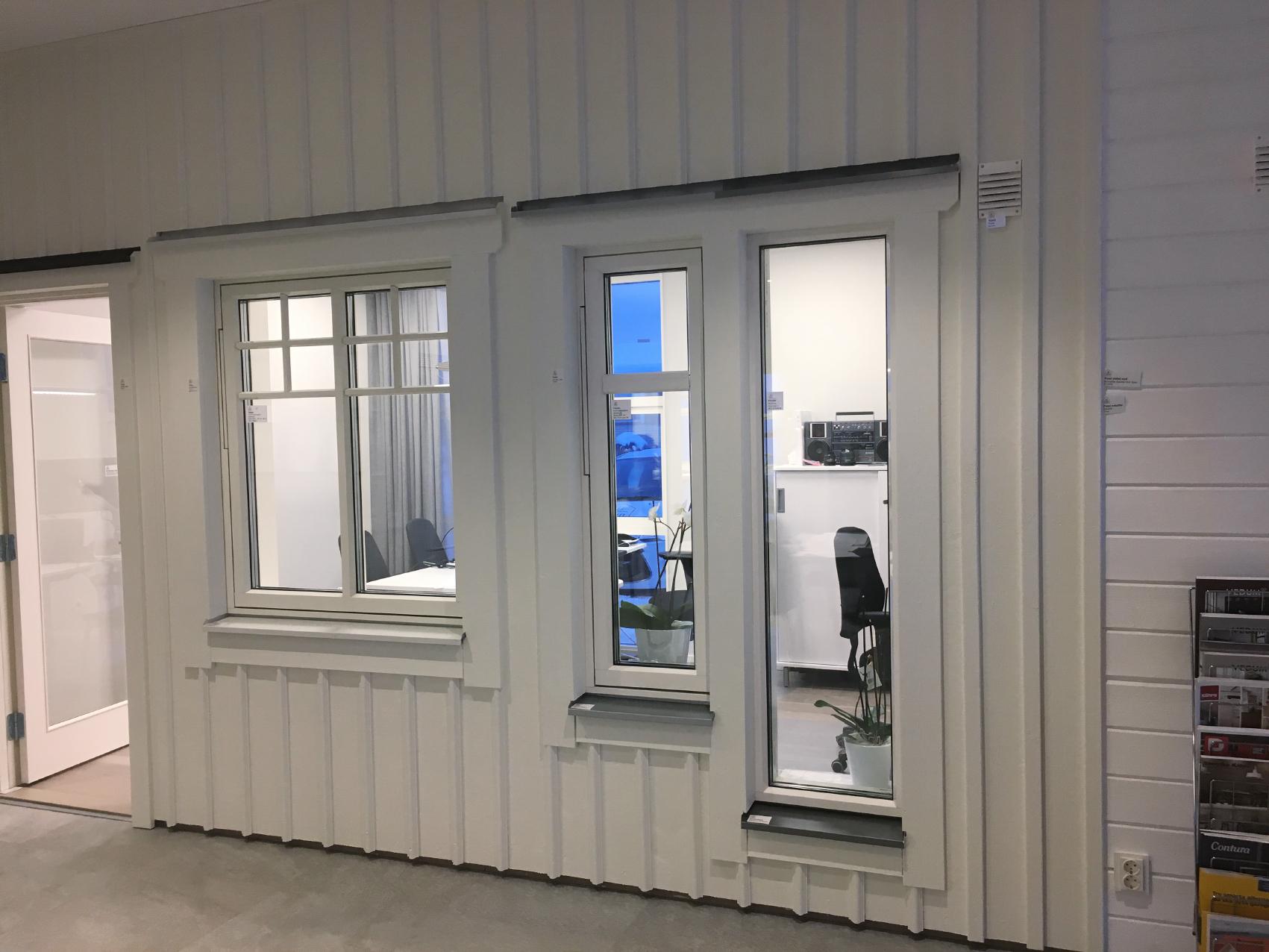 """Till höger i bild ser ni hur vår liggande panel kommer att se ut och till vänster hur våra fönsterfoder kommer se ut. Vi har dock inte bestämt spröjs ännu. Och inte heller om vi ska ha ett litet """"tak"""" ovanför varje fönster. Fönsterblecket kommer att bli silver eller grå, helt enkelt för att smutsen ska synas så lite som möjligt. Stuprännorna kommer vara i samma färg som fönsterblecken."""