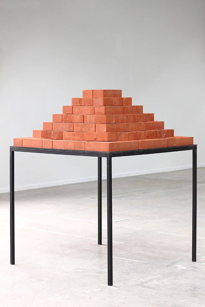 Posibilidad espacial II. Una pirámide / Space Possibility II. A Pyramid ,  2015  Ladrillos, pintura, metal, cristal templado / Bricks, paint, metal, tempered glass  120 x 100 x 100 cm