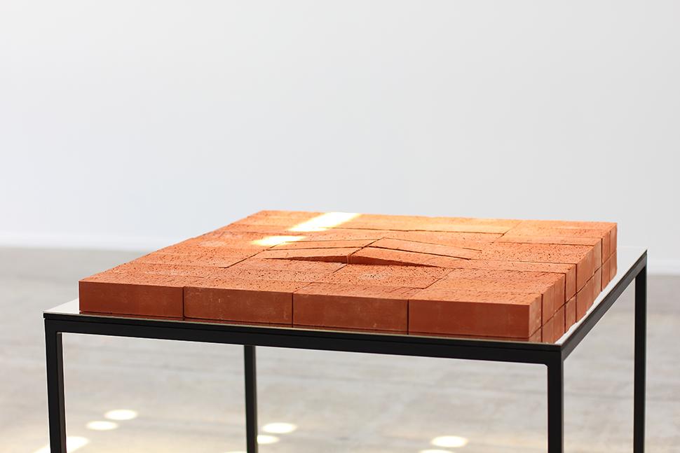 Monumento Kafka II   /   Kafka Monument II  , 2015  Ladrillos, edición de  El proceso de Franz Kafka, espejo, metal / Bricks, edition of Franz Kafka's  The Process,  mirror, metal  96 x 100 x 100 cm