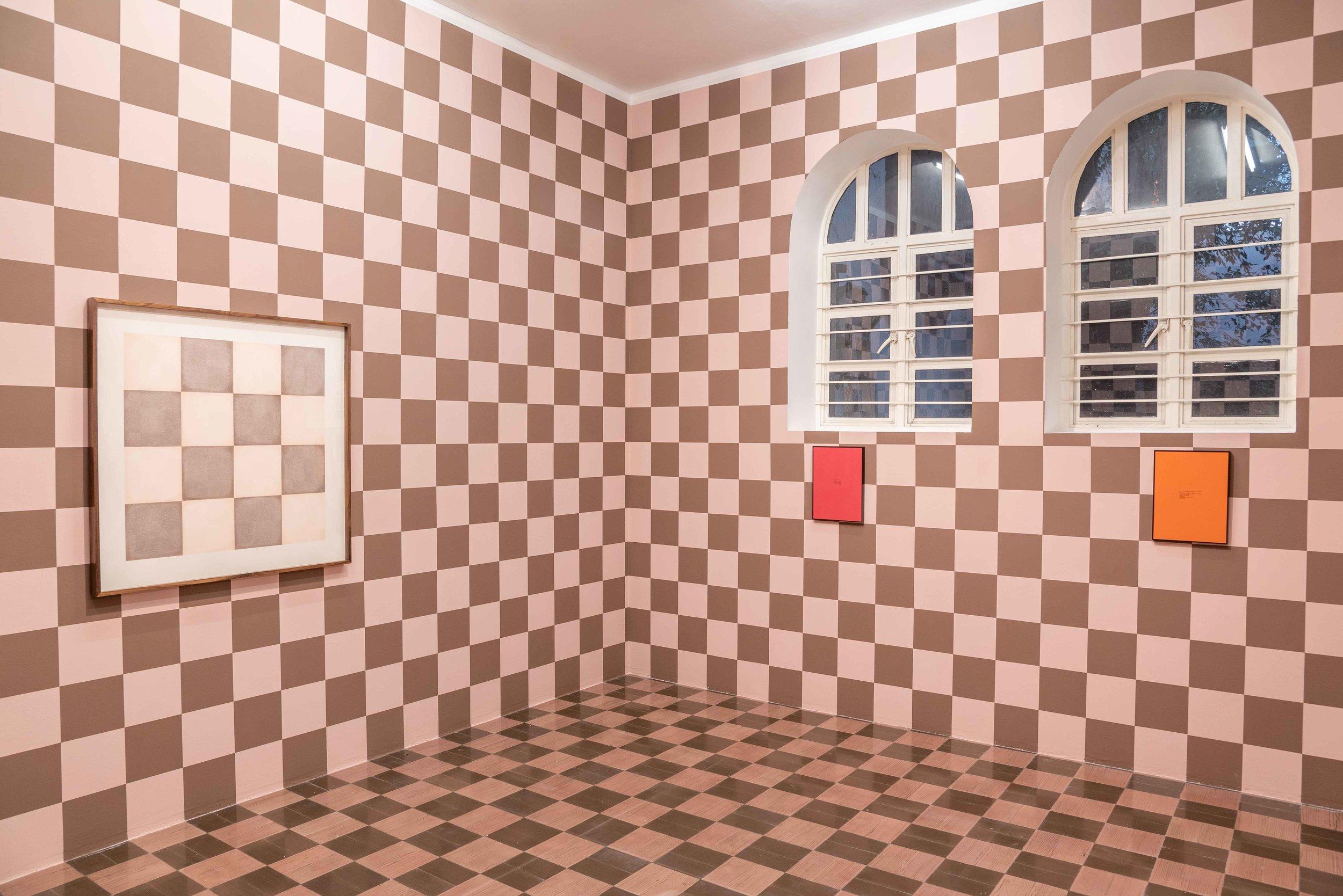 Piso Casa Franco III / Franco House Floor III, 2018  Lápiz de color sobre papel / Colored pencil on paper  100 x 100 cm   ***  Diálogo sobre un poeta, una manzana y una retícula (Parte uno) I / Dialogue about a Poet, an Apple. and a Grid (Part one) I, 2018  Tinta sobre papel / Ink on paper  Políptico de 10 piezas de 37.5 cm x 27.5 cm / 10 piece polyptych, 37.5 cm x 27.5 cm each  Detalle / Detail   ***  Piso Casa Franco (Estudio de perspectiva I) / Franco House Floor (Perspective Study I), 2018 Pintura sobre muro / Paint on wall      Fotografía: Agustín Arce