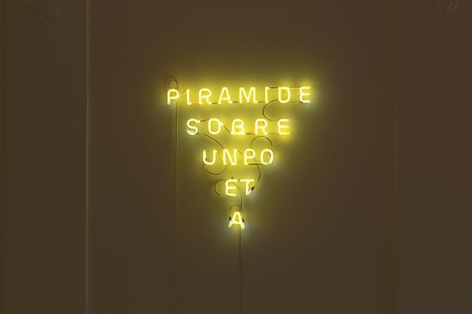 Pirámide sobre un poeta / Pyramid atop a Poet , 2019   Neón / Neon  66 x 68 x 7 cm