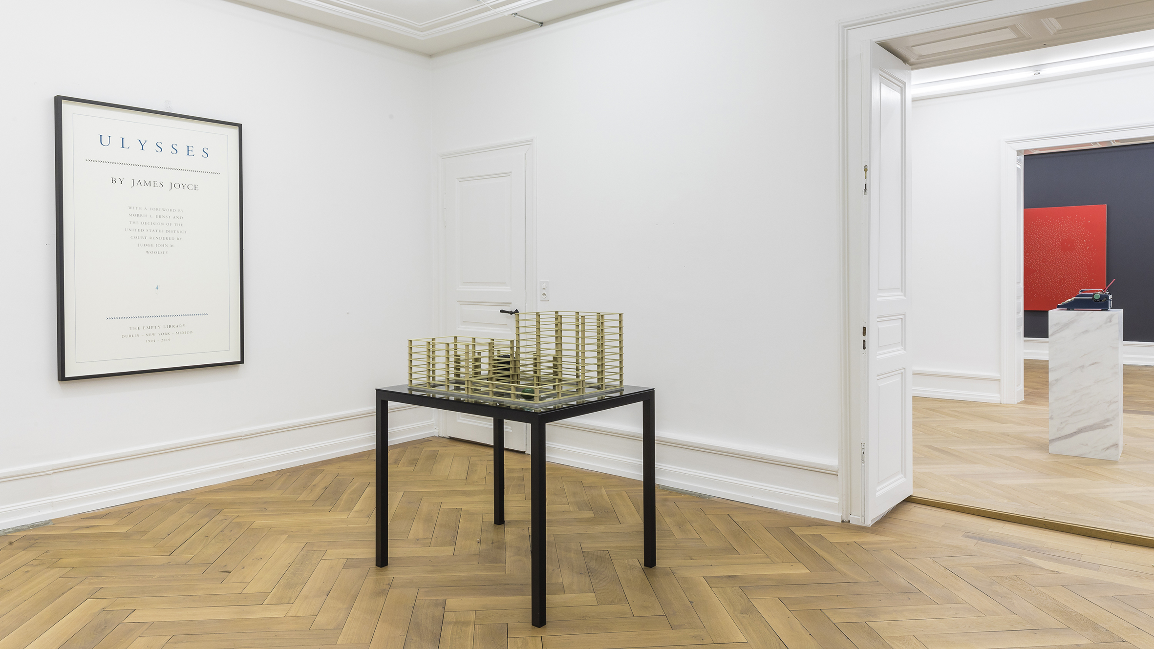 Proyecto para una biblioteca vacía (Para James Joyce) / Project for an Empty Library (For James Joyce)  , 2019  Latón, bronce, espejo negro, metal / Brass, bronce, smoked mirror, iron  113.5 x 98 x 78 cm  Fotografía cortesía de Mai 36 Gallery