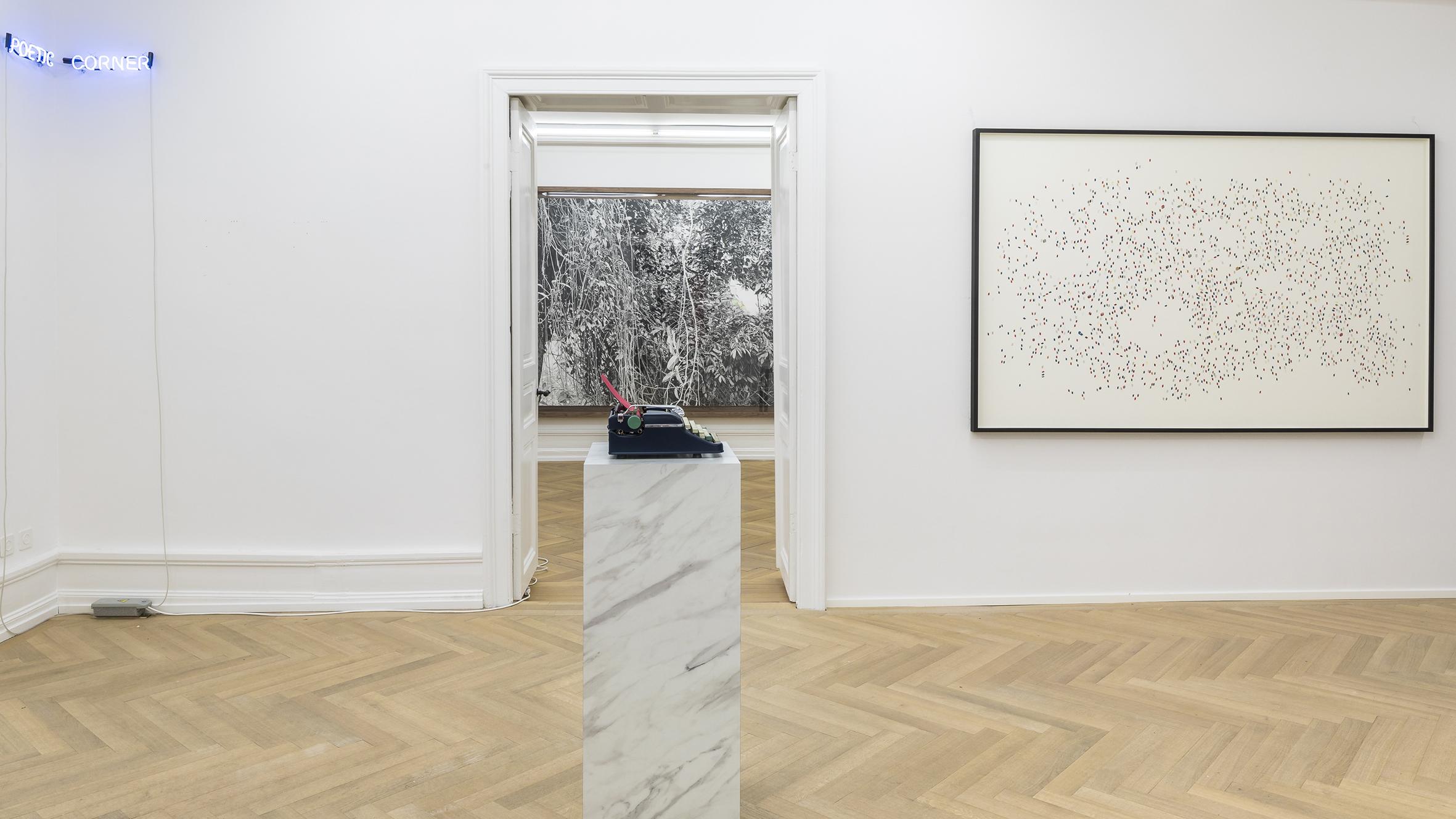 Poetic Corner , 2019  Neón / Neon  2 piezas de 28.5 x 6.5 cm y 34.5 x 6.5 cm / 2 pieces of 28.5 x 6.5 cm and 34.5 x 6.5 cm  ***   Pausa II (Roja) / Pause II (Red)  , 2019  máquina de escribir, mármol / typewriter, marble  110 x 45 x 40 cm  Fotografía cortesía de Mai 36 Gallery