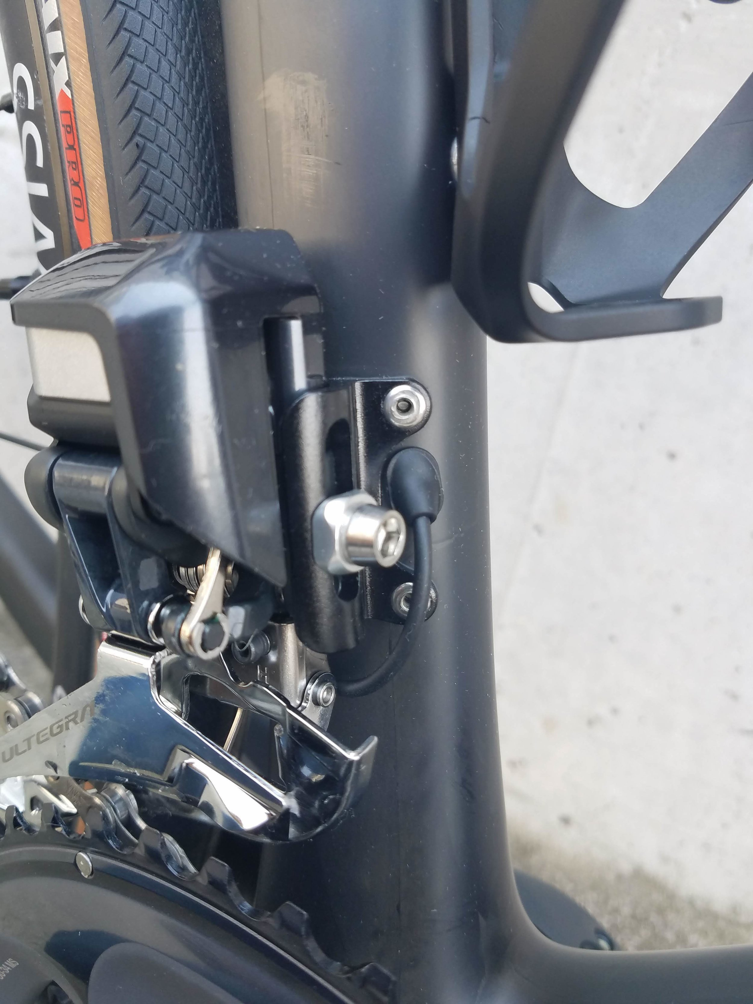 I just love the sleekness of this wire routing with the new Di2, no weird things have to occur here to keep the wire from getting hit by debris or the rear tire