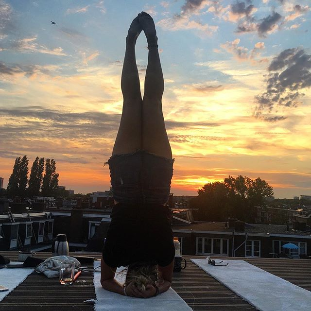 Enjoyed a beautiful Amsterdam sunset, followed by a lightening show. I'm so grateful to be alive. Life is good! 😍  Wishing everyone a wonderful day or night! All the love ❤️ #amazing #sunset #beautiful #sunsetaddict #amsterdam #west #travel #wearetravelgirls #travelingyogi #headstand
