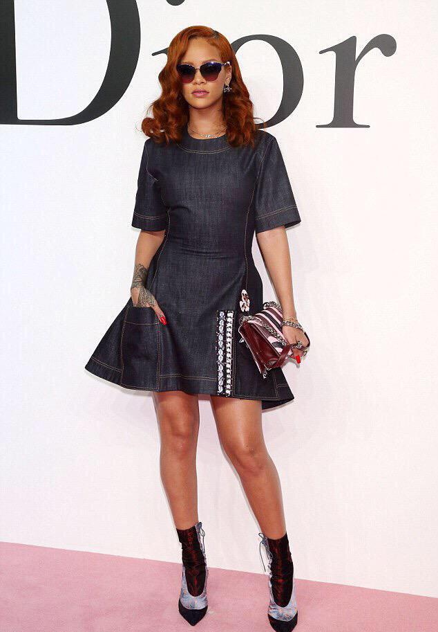 """Rihanna su Dior FW 2015 denimo suknele - labai panašia į McCardell """"Popover"""""""