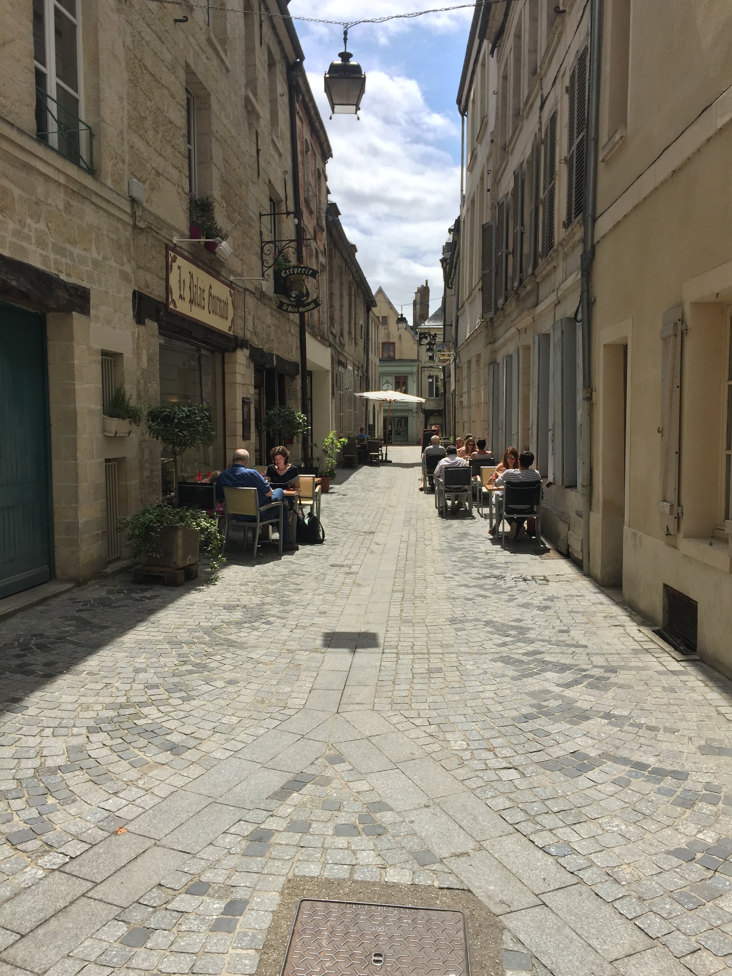 Schattig straatje met restaurants