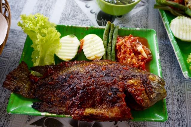 Traditionell maträtt från östra Borneo. Grillad fisk från Mahakam River (hmmm känns sådär när man sett vattnet) Fisksort: Nila