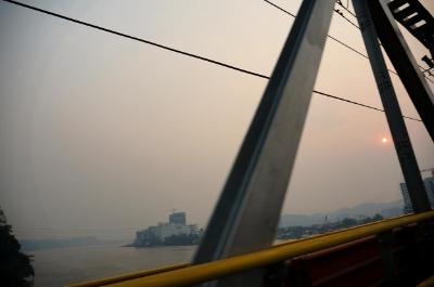 Foto från bilen över Mahakam River, disigt av röken.