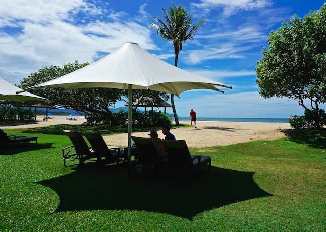 Det finns även en strand som tillhör hotell Shangri La en liten bit från centrum. Där kan man sola och bada men det är ingen bra snorkling. De har även ett reservat för orangutanger... kommer ej skriva något om det då jag är osäker på hur bra det är. Väldigt mycket turister.