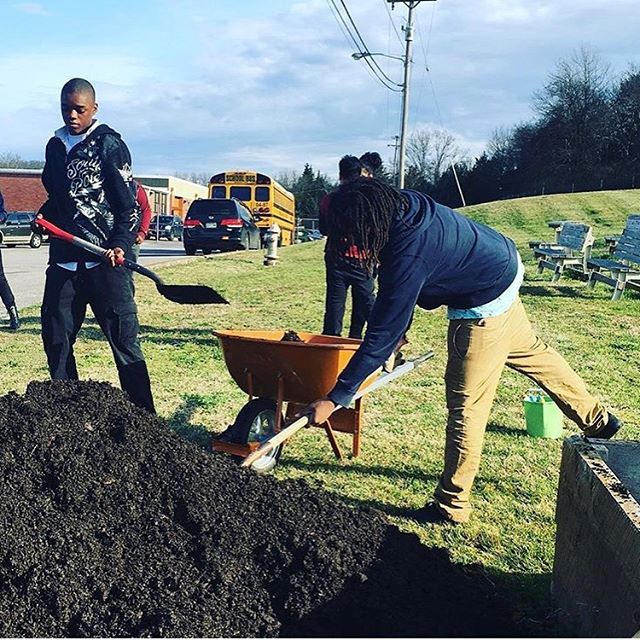 Dreaming of much warmer March days from years past!!!! #maplewoodgardenproject #maplewoodgardenclub #eastnashville #growsomething #schoolgarden @maplewoodgardenclub