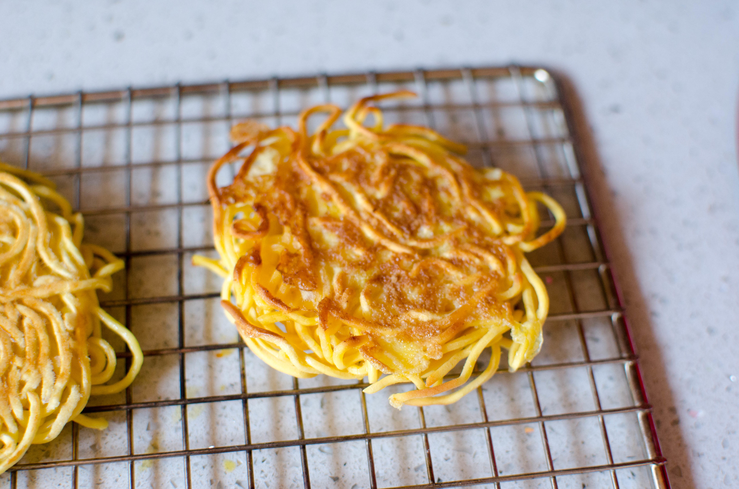 (1)Uncooked with Egg:  This was one of my least favorite. For uncooked ramen noodles, you have you use egg to act as a binder, otherwise you end up with ramen chips. It had a raw doughy flavor. The egg was good, but just not what you want for a ramen burger.