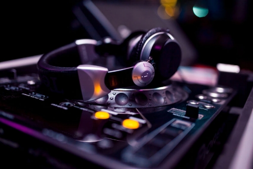 Headphones on Pioner CDJ 2000 set up - 848 Width x 565 Height