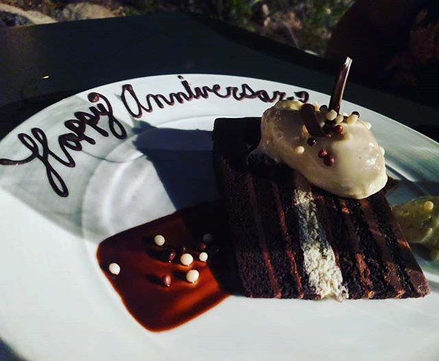Thank you @topoftherocktempe_buttes for this delicious surprise.  We had a memorial 5th wedding anniversary, thank you for being a part of it! #topoftherock #tempeeats #azeats #azliving #visittempe #tempeaz #localeats #weddinganniversary #5downforevertogo #azblogger #blogger #azliving🌵 #az #tempe #mountainviews #cityviews #livingourbestlife