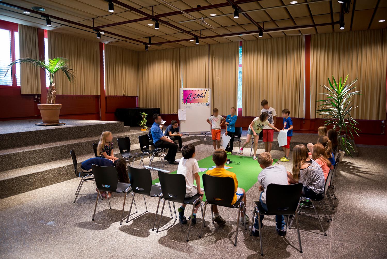 Die Schülerinnen und Schüler präsentieren ihre Entwürfe im Plenum