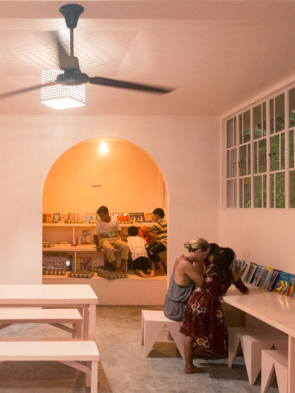 HVAD FÅR DU INDSIGT I UNDER FORDRAGET? - > Projekternes kontekst - hvilke mål og ambitioner har vi for fritidsordninger i Filippinerne? Hvordan har vi arbejdet med projektledelse og arkitektonisk design i to år i udsatte filippinske landdistrikter?> Den historiske og kulturelle kontekst Familiestrukturer, børnearbejde og det generelle liv i Filippinerne. Hvordan har årtiers kolonisering haft indflydelse på samfundet som det er idag?> Den politiske kontekst - hvordan har vi etableret et tæt samarbejde med en lokal kommune og på egen hånd skaffet over en halv million kroner til funding af vores projekter?
