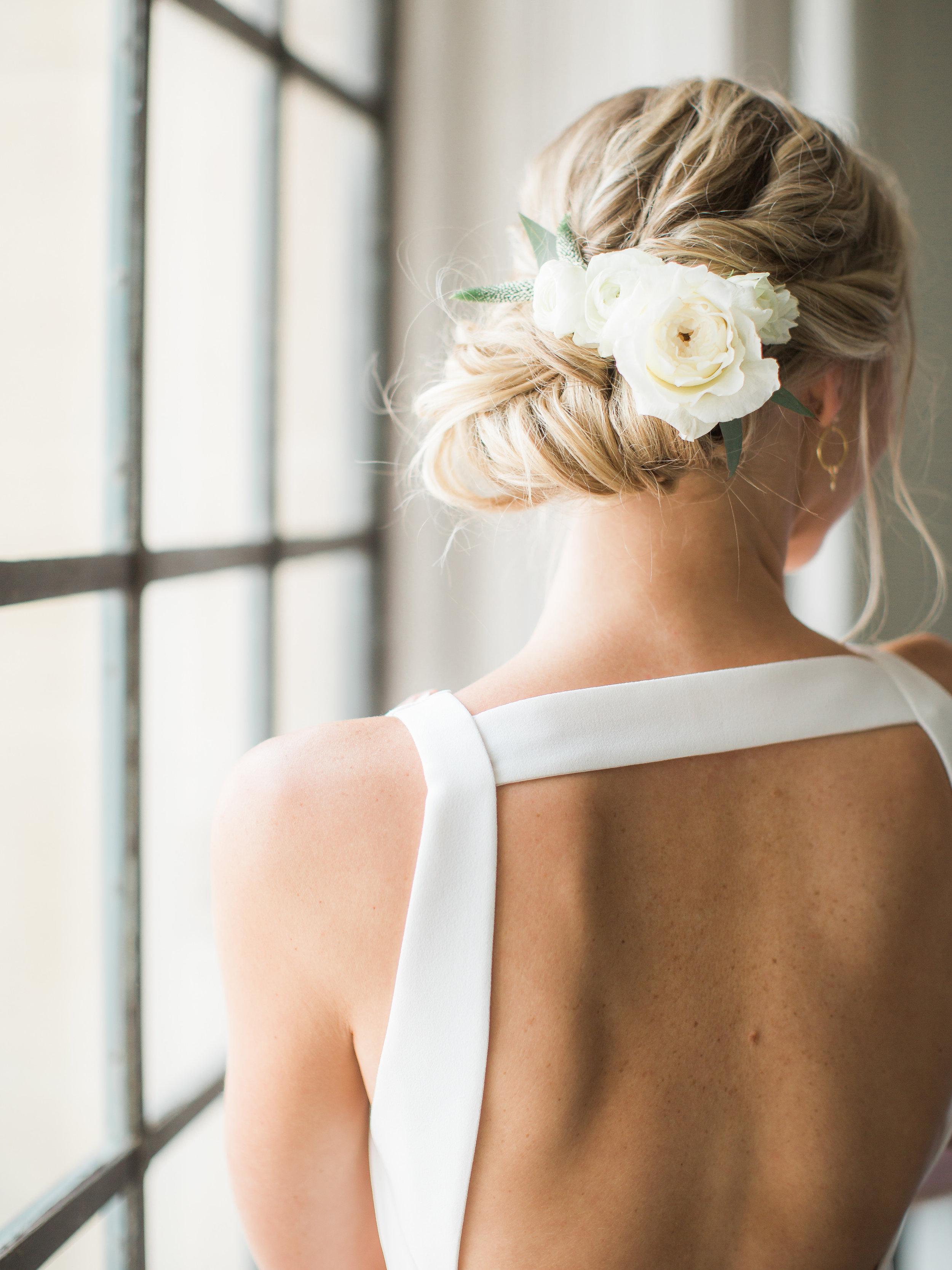 Clean_Modern_Wedding_Florals_Sibyl_Sophia_Tablescape_Hair_Clip.JPG