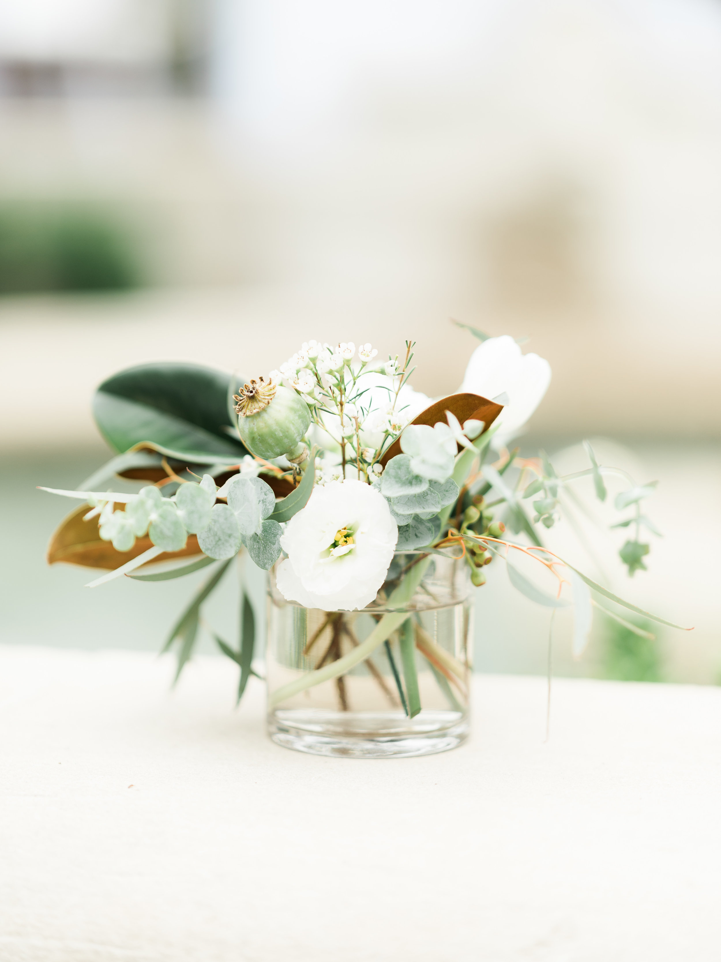 Clean_Modern_Wedding_Florals_Sibyl_Sophia_Cocktail.JPG