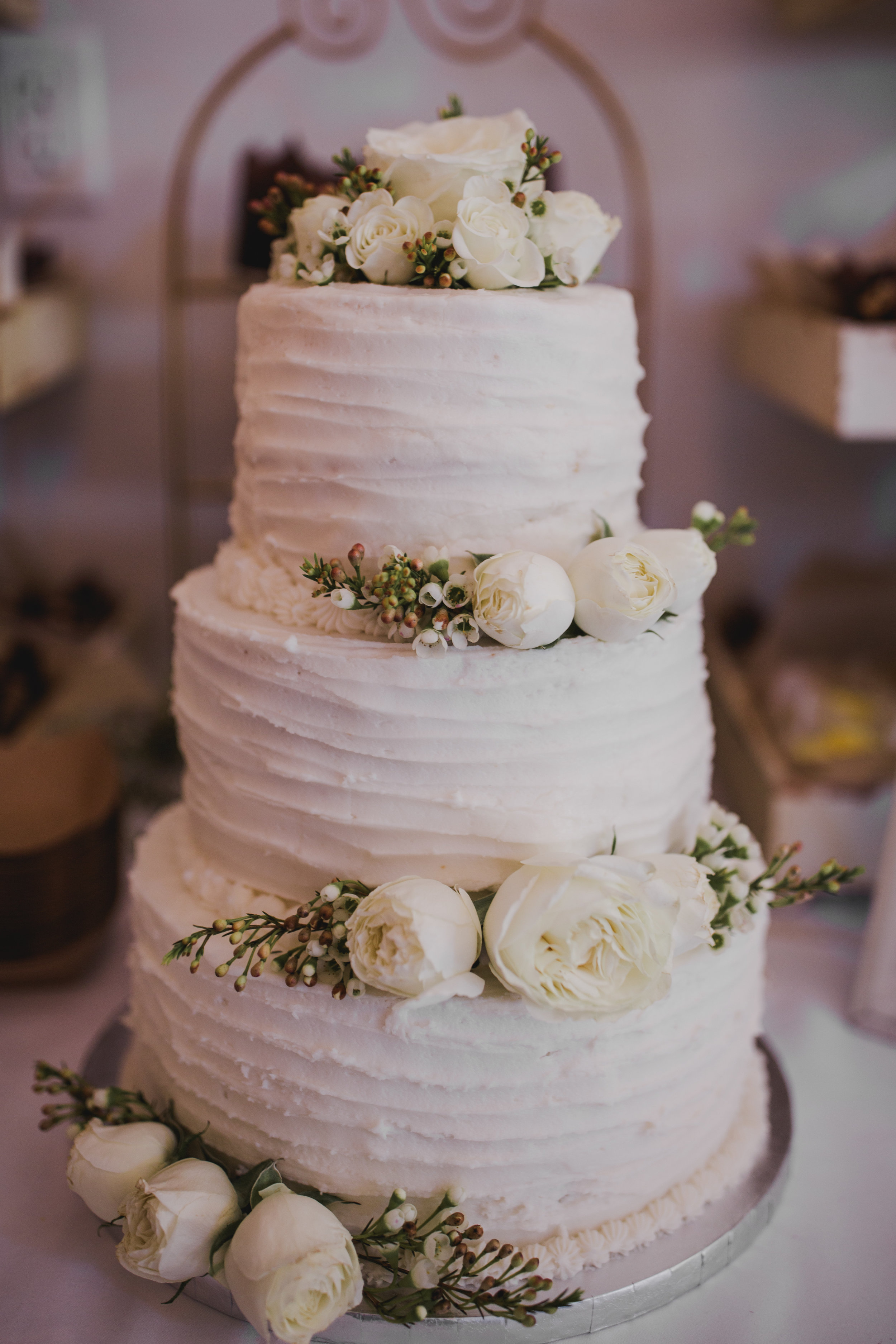 Sibyl_Sophia_Wedding_Florist_Mason_City_Diamond_Oaks_Cake.jpg