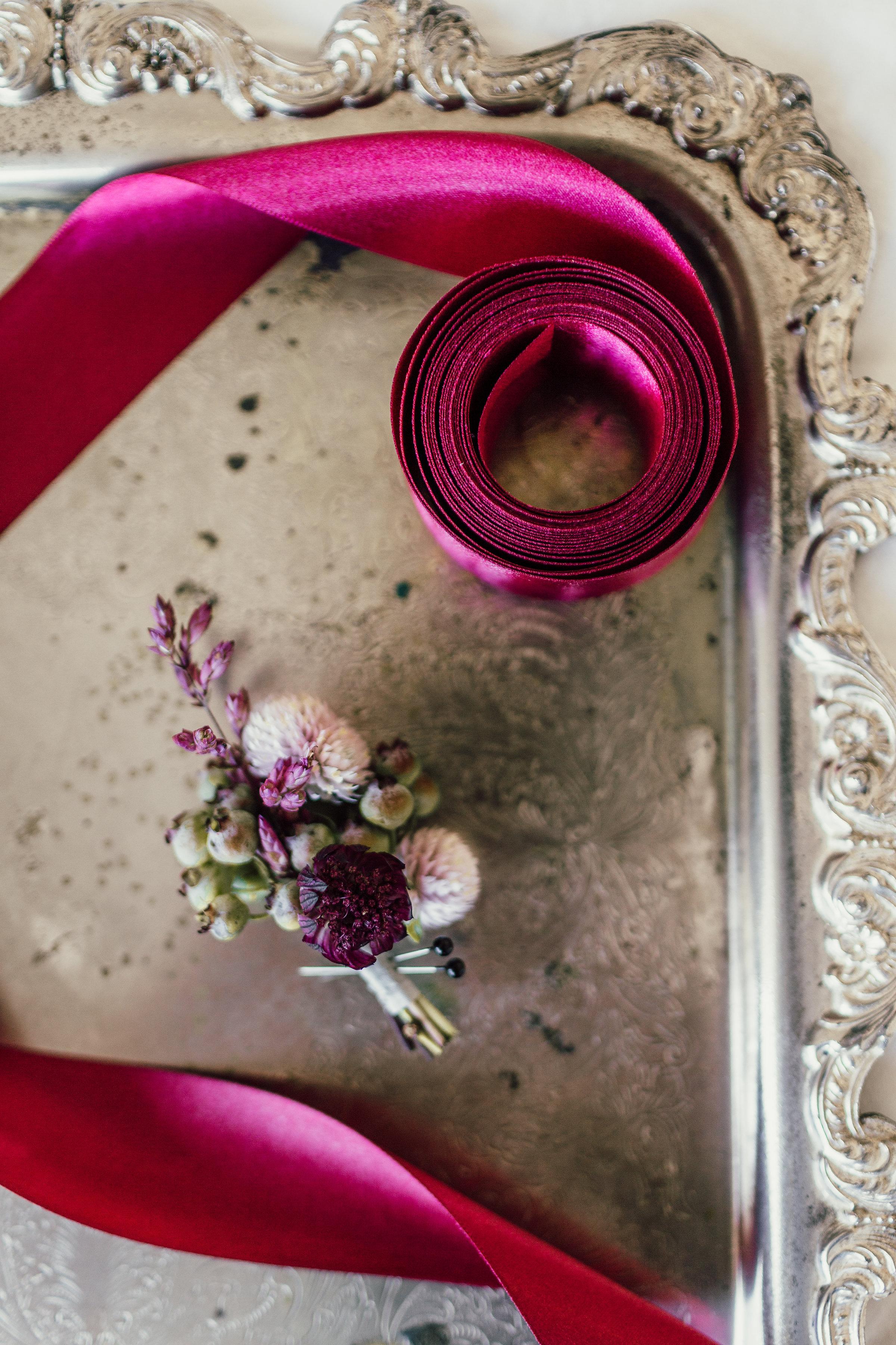 Textured_Garden_Style_Florals_Sibyl_Sophia_Boutonniere.jpg