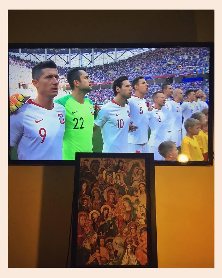 Na pewno zwyciężą wartości! Obraz  Biala Alicja obejrzy Najważniejszy Mecz w mieszkaniu  Marcin Świetlicki INFO . A potem w sobotę Peregrynacja do  Baza !