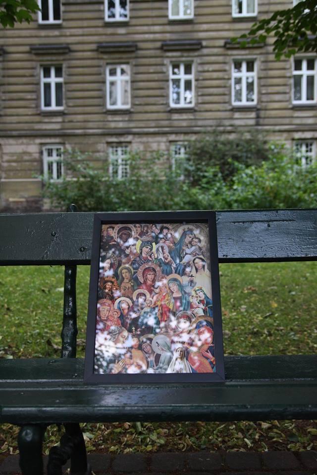 Po wyczerpującym weekendzie w klubie  Baza Obraz  Biala Alicja przysiadł na moment na ławce na Plantach, aby za chwilę znaleźć się w pewnym niedawno otwartym Antykwariacie na ulicy Stefana Batorego 5 w Krakowie.