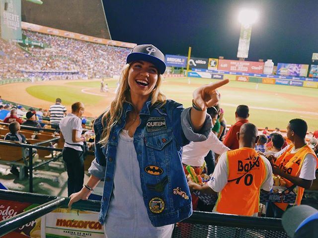 You have not really seen a baseball game until you go to a DOMINICAN baseball game. 💙 • • • #liceycampeon #keloke #dominicanrepublic #baseballgame #filmmaker #travel #travelblogger #traveller #jeans