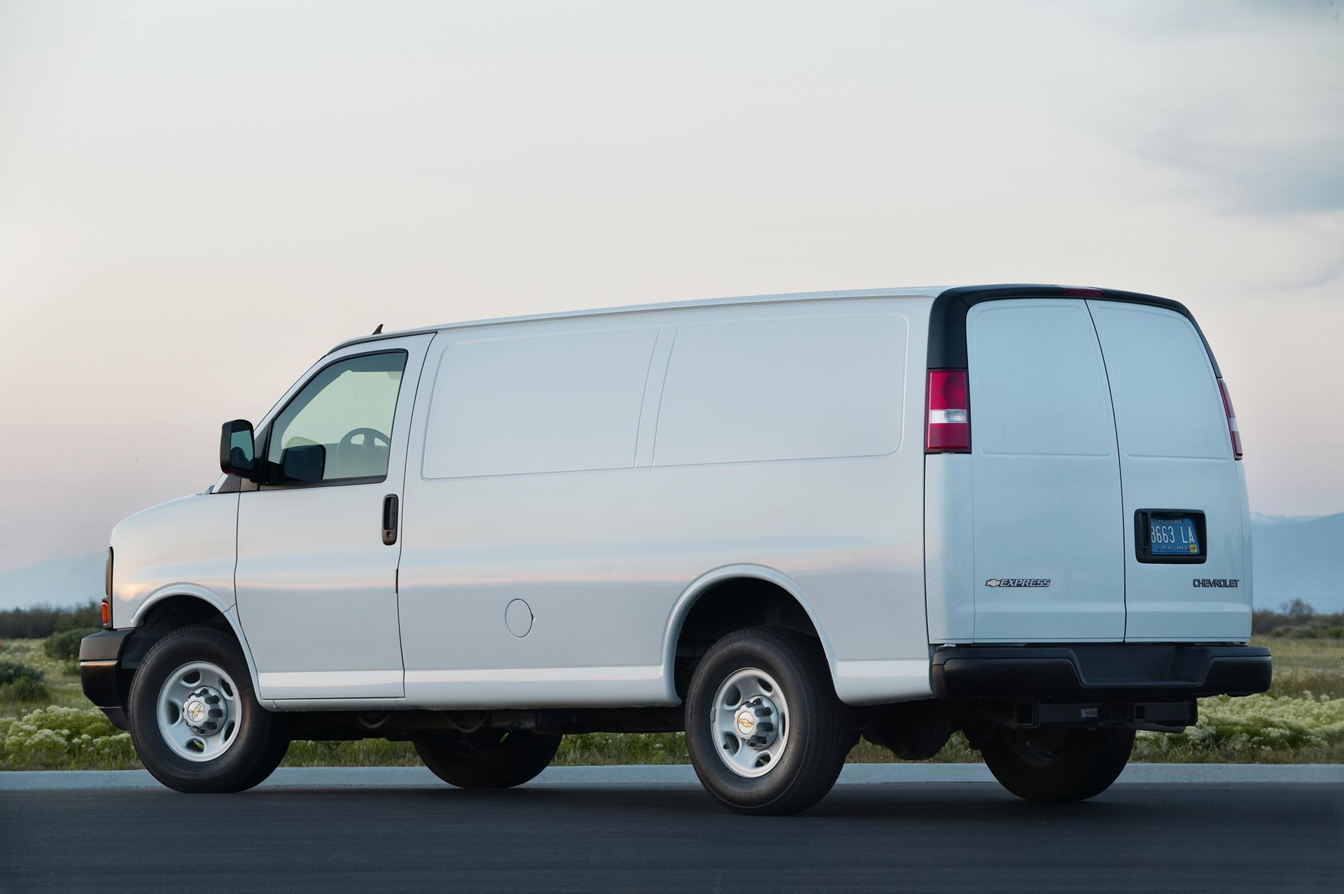 2016-Chevy-Express-Cargo-Van-05.jpg