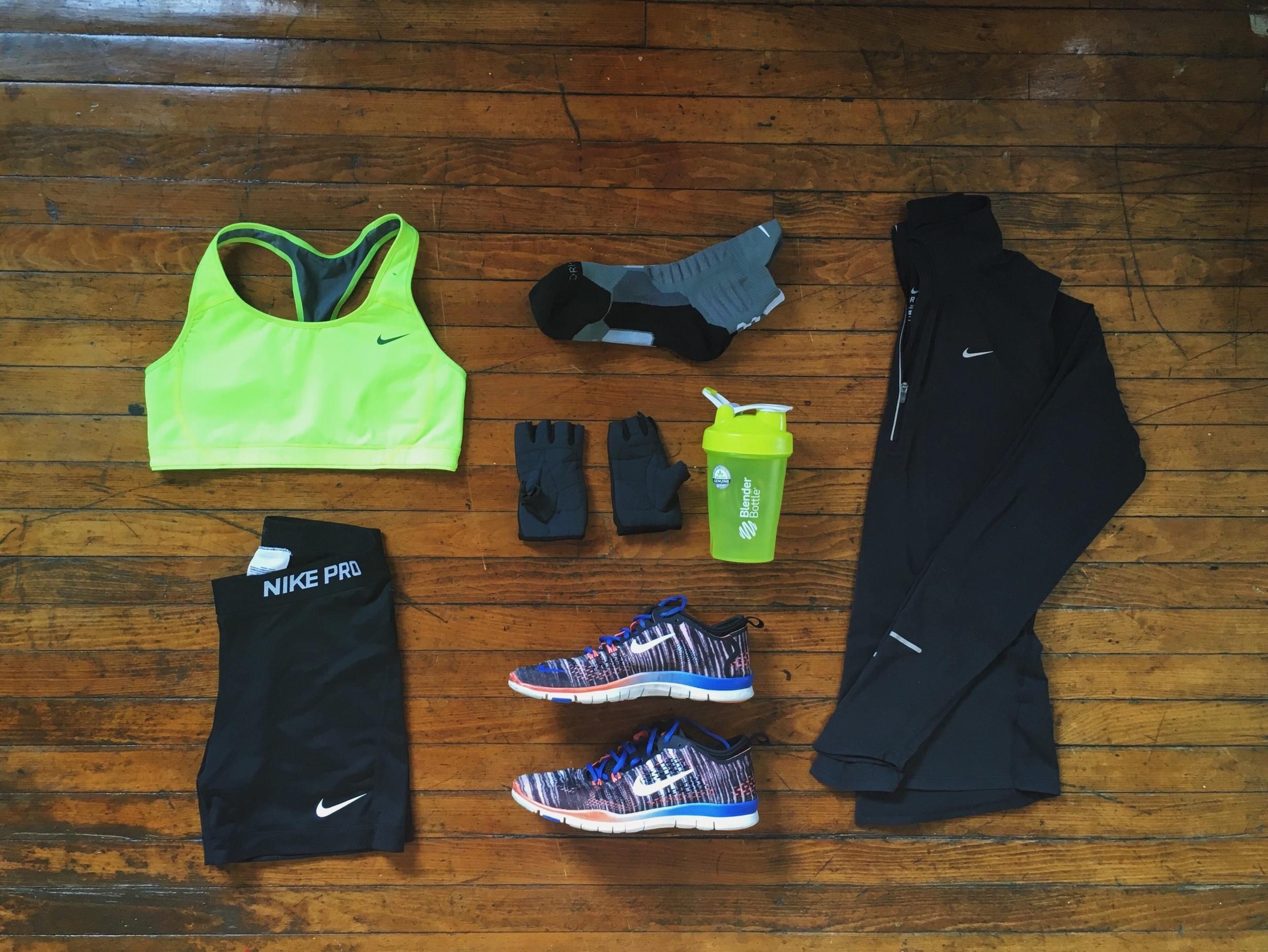 (1) Sports Bra: Nike (2) Shorts:Nike (3) Socks: Nike(4) Shoes:Nike (6) Pullover:Nike