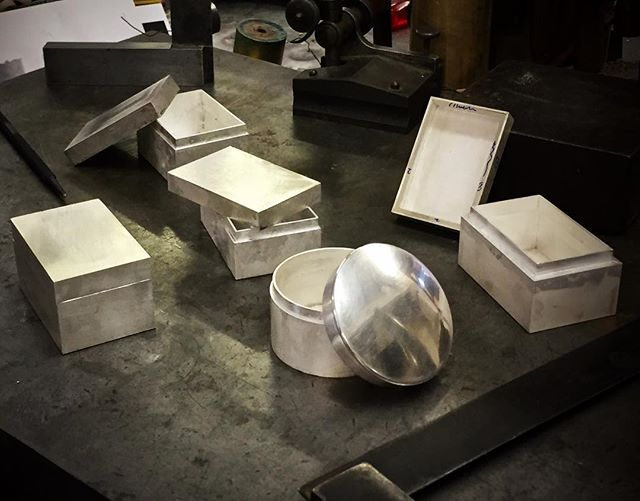 Been off the radar for a wee while ... on a box making course with the wonderful #ray.walton.13 amongst other things. Learned so much and felt so lucky to have hung out with the other great smiths on the course. Huge thanks to the #cbsilversmiths for the organising the whole thing and to Andy MacGowan and Jim for allowing us to take over their wonderful workshop in Birmingham - had a brilliant time, thank you! 😃 ******************************************** #miriamhanid #zoewattsdesigns #philjordansilverware #yasuke_yamamoto_silver #cbs #contemporarybritishsilversmiths #boxmaking #silver #silversmithing #handmade #madeinbritain #tableware #luxury #silverware #homedecor #goldsmiths  #shannononeill #contemporysilver #bespokesilver #commission #handcrafted  #artistsoninstagram #craftsmanship