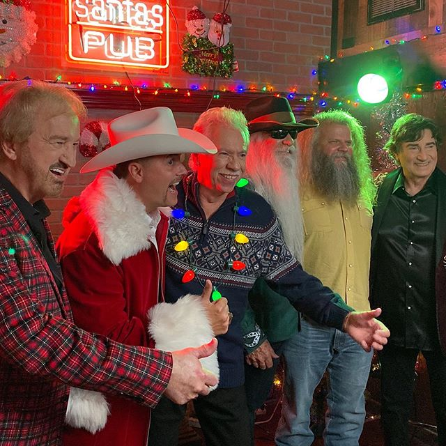 Awesome shoot yesterday at @santaspub 🎅🏻// I love it when a plan comes together! // Thanks to my crew @dariusfitz @jedwards_01 @bottlerockitproductions 📷 @kaylahnhissonghair 💁🏼‍♀️ // Also thanks again @lightningrodrecords ⚡️ @thirtytigers @theoakridgeboys @jameyjohnsonofficial @johnrichofficial @dennisquaidandthesharks 👊🏻BOOM #thisisnashville #downhomechristmas #nashvillecreative #blingpin #beardgoals