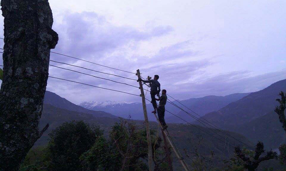 8_ATTACHING WIRE TO POLE_5_EVENING.JPG