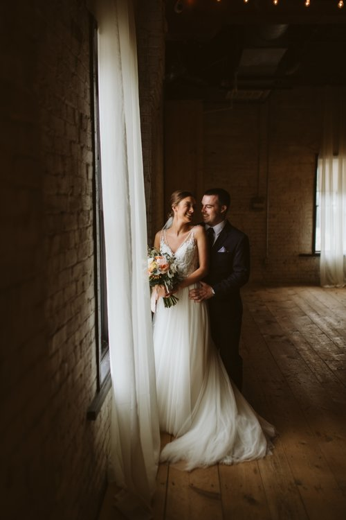 wisconsin-florist-lageret-wedding-bride-group-first-look.jpg