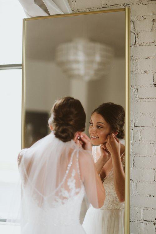 wisconsin-florist-lageret-wedding-bride-getting-ready.jpg