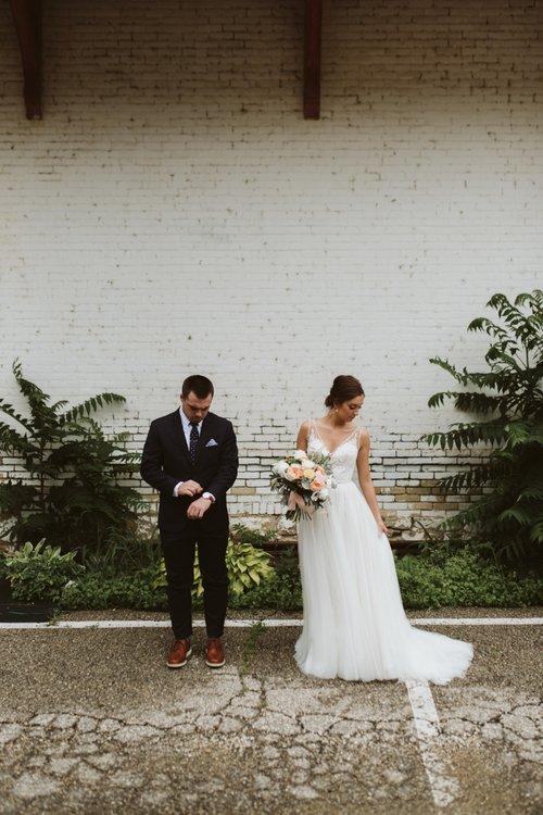 wisconsin-florist-lageret-wedding-bride-groom-first-look.jpg