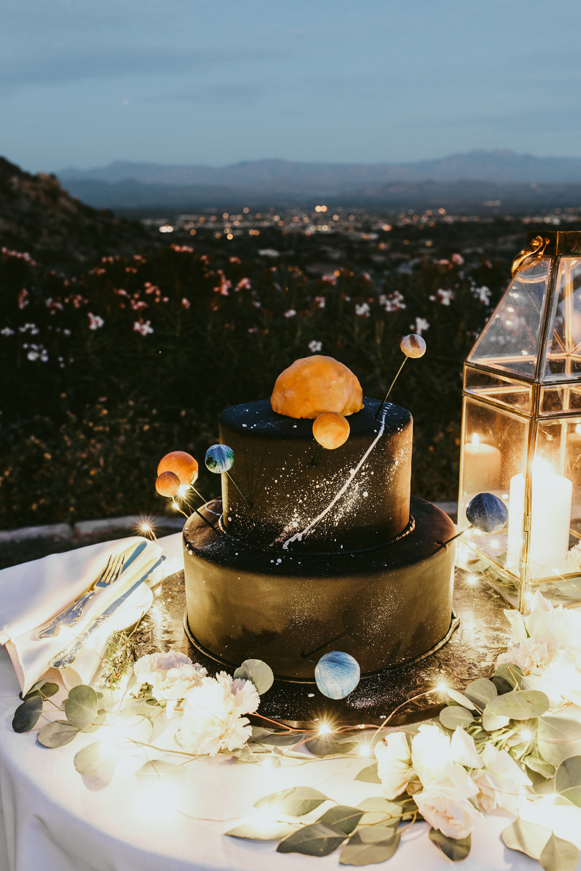 1209-creative-florist-romantic-copperwynd-wedding-arizona-solar-system-cake.jpg